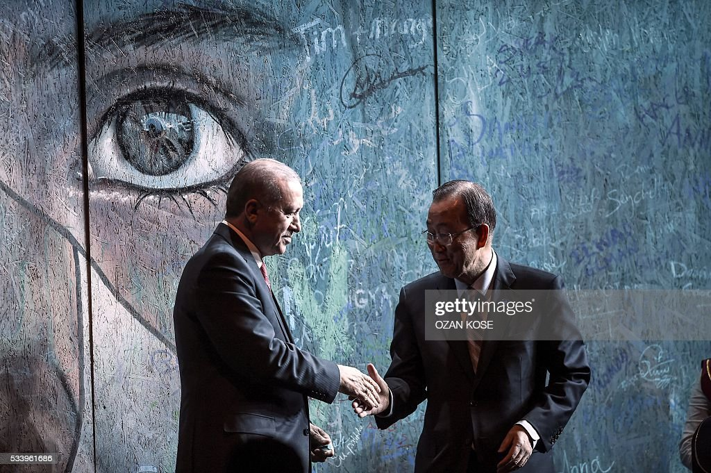 UN secretary general Ban Ki-moon (R) and Turkish President Recep Tayyip Erdogan (L) shake hands after signing a graffiti wall during the closing cerenomy of the World Humanitarian Summit, on May 24, 2016 in Istanbul. UN Secretary General Ban Ki-moon on Tuesday said he was disappointed most top world leaders had stayed away from the first humanitarian summit in Istanbul, saying concrete political action was now needed. / AFP / OZAN