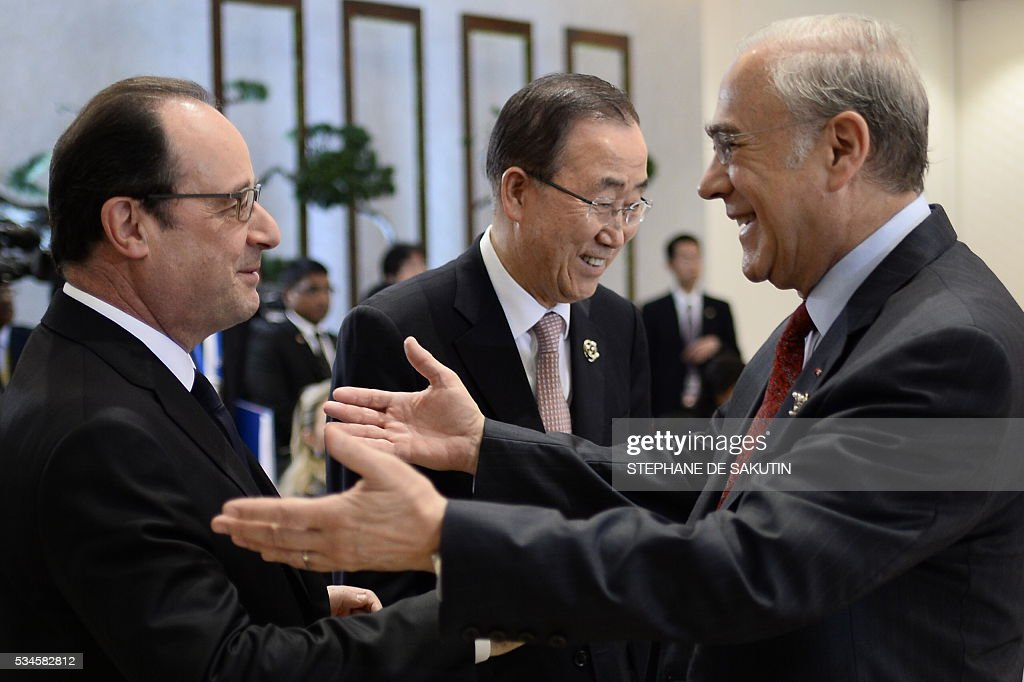 UN Secretary General Ban Ki-moon (C) looks on as French President Francois Hollande (L) speaks with OECD Secretary-General Angel Gurria (R) as they take part in a dialogue with world leaders at the G7 Summit in Shima in Mie prefecture on May 27, 2016. A British secession from the European Union in next month's referendum could have disastrous economic consequences, G7 leaders warned on May 27 at the close of the summit in Japan. / AFP / STEPHANE