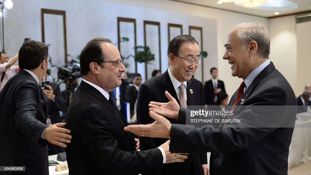 UN Secretary General Ban Ki-moon (C) looks on as French President Francois Hollande (2nd L) speaks with OECD Secretary-General Angel Gurria (R) as they take part in a dialogue with world leaders at the G7 Summit in Shima in Mie prefecture on May 27, 2016. A British secession from the European Union in next month's referendum could have disastrous economic consequences, G7 leaders warned on May 27 at the close of the summit in Japan. / AFP / STEPHANE