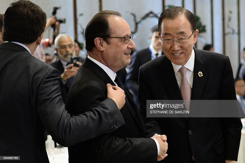 UN Secretary General Ban Ki-moon (R) speaks with French President Francois Hollande (C) as they take part in a dialogue with world leaders at the G7 Summit in Shima in Mie prefecture on May 27, 2016. A British secession from the European Union in next month's referendum could have disastrous economic consequences, G7 leaders warned on May 27 at the close of the summit in Japan. / AFP / STEPHANE