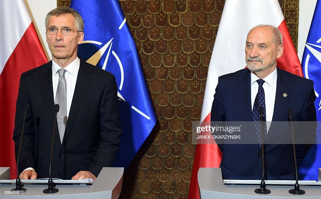 Secretary General Jens Stoltenberg (L) and Polish Defence Minister Anoni Macierewicz attend a meeting on May 31, 2016 in Warsaw. / AFP / JANEK