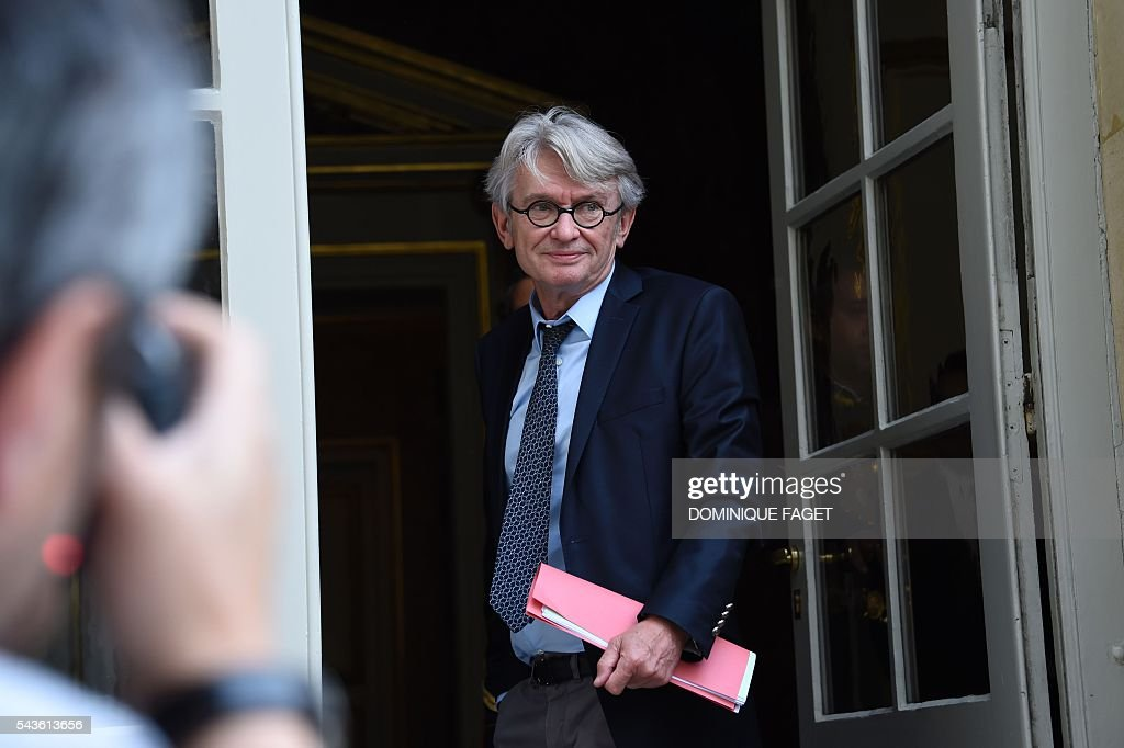 Secretary General of the French worker's union Force Ouvriere (FO), Jean-Claude Mailly arrives at the Hotel Matignon in Paris on June 29, 2016 before a meeting on the Socialist government's labour reforms with French Prime minister and French Labour minister. / AFP / DOMINIQUE