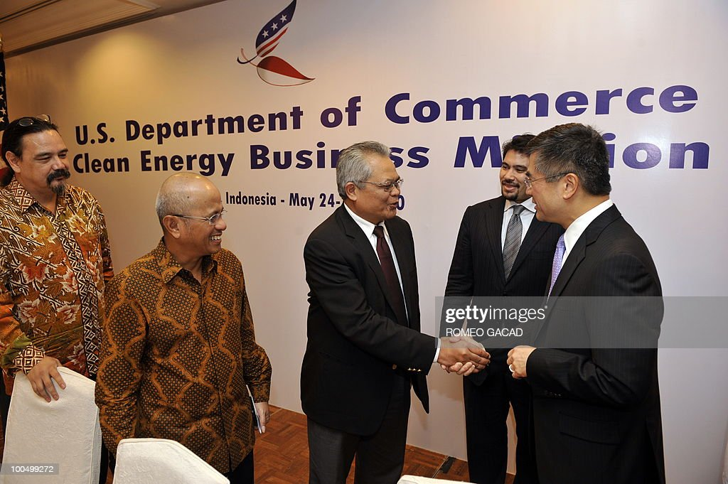 US Secretary of Commerce Gary Locke (R) shakes hands with the head of the panel of Indonesian energy experts Heman Ibrahim, (C) while Arian Ardie, (L), Hilmi Panigoro (2nd L) and Benjamin Soemartopo (2nd R) look on after a forum on clean energy in Jakarta on May 25, 2010. Secretary Locke is on a two day day visit in Jakarta to meet his Indonesian counterpart as part of clean energy trade mission to China and Indonesia.
