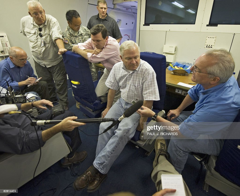 US Secretary of Defense Robert Gates (2nd R) conducts a question and answer session with Pentagon reporters aboard a USAF 747-E4B airborne command post on September 14, 2008, in flight over the Atlantic Ocean enroute to Incirlik Air Force Base, Turkey. AFP PHOTO / POOL / Paul J. Richards