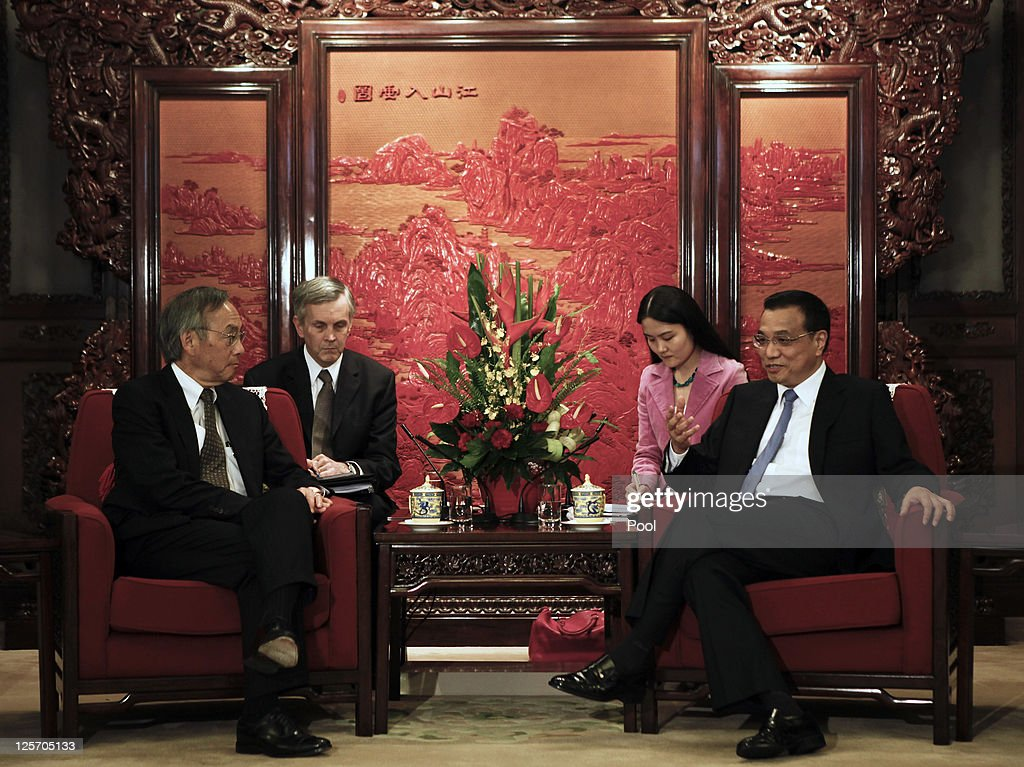 U.S. Secretary of energy <a gi-track='captionPersonalityLinkClicked' href=/galleries/search?phrase=Steven+Chu&family=editorial&specificpeople=2732289 ng-click='$event.stopPropagation()'>Steven Chu</a> (L), meets with Chinese Vice Premier <a gi-track='captionPersonalityLinkClicked' href=/galleries/search?phrase=Li+Keqiang&family=editorial&specificpeople=2481781 ng-click='$event.stopPropagation()'>Li Keqiang</a> (R) as he visits the Zhongnanhai on September 21, 2011 in Beijing, China.