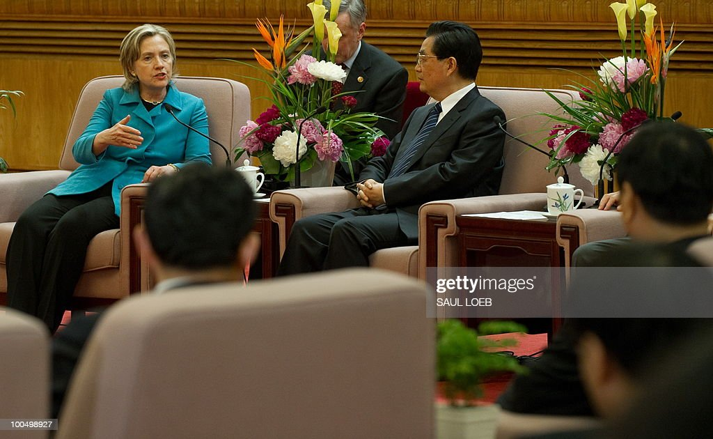 US Secretary of State Hillary Clinton (L) talks with Chinese President Hu Jintao (C) during meetings at the Great Hall of the People in Beijing, May 25, 2010. Clinton said two days of high-level Sino-US talks had been 'very productive' but admitted differences remained, especially on economic and trade issues. AFP PHOTO / POOL / Saul LOEB