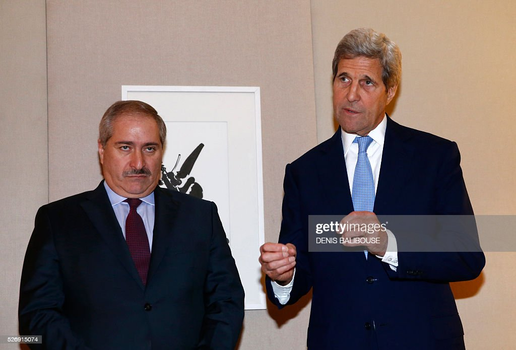 U.S. Secretary of State John Kerry (R) addresses medias next to Jordanian Foreign Minister Nasser Judeh following their meeting on Syria in Geneva, on May 1, 2016. / AFP / POOL / DENIS
