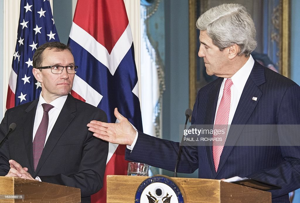 US Secretary of State John Kerry (R) and Norwegian Foreign Minister Espen Barth Eide speak to the US State Department on March 12, 2013 in Washington. AFP PHOTO/Paul J. Richards