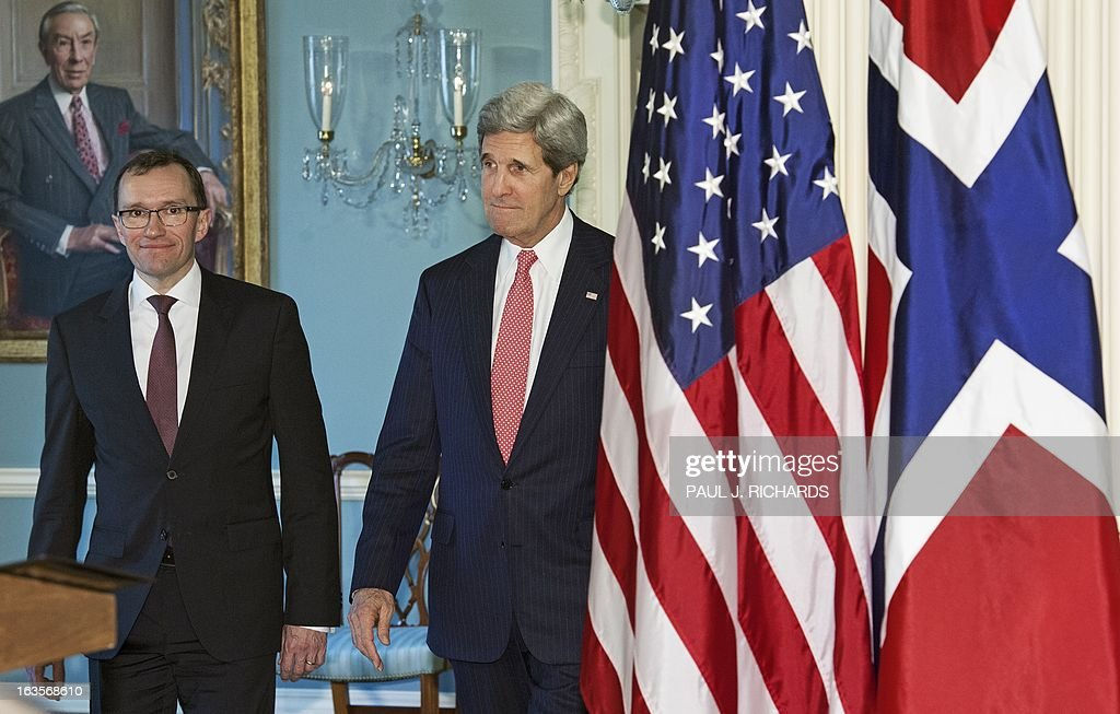 US Secretary of State John Kerry (R) and Norwegian Foreign Minister Espen Barth Eide walk to the Treaty Room to speak to the media at the State Department on March 12, 2013 in Washington. AFP PHOTO/Paul J. Richards