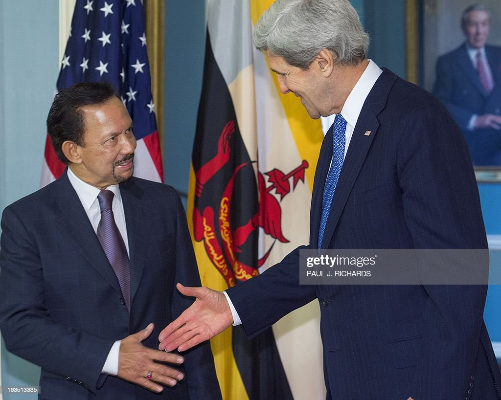 US Secretary of State John Kerry(R) and the Sultan of Brunei Hassanal Bolkiah shake hands after delivering brief remarks to the media before a private bilateral meeting at the State Department March 11, 2013, in Washington, DC. AFP Photo/Paul J. Richards