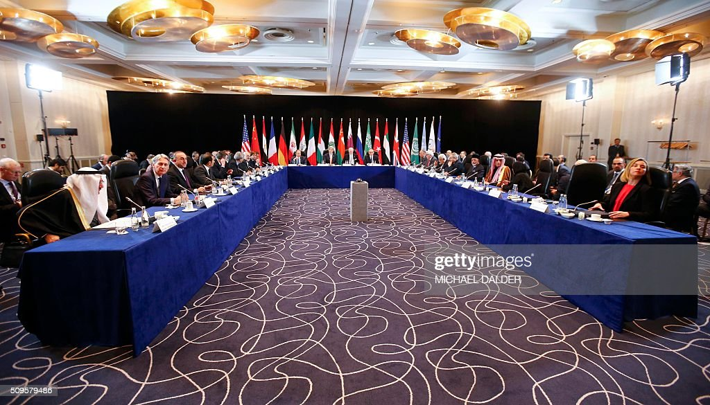 US Secretary of State John Kerry (C, 2nL), Russia's Foreign Minister Sergei Lavrov (C, L) lead the International Support Group for Syria (ISSG) meeting on February 11, 2016 in Munich southern Germany. The ISSG meets in bid to restart peace talks and open humanitarian access to besieged Aleppo. / AFP / POOL / MICHAEL DALDER