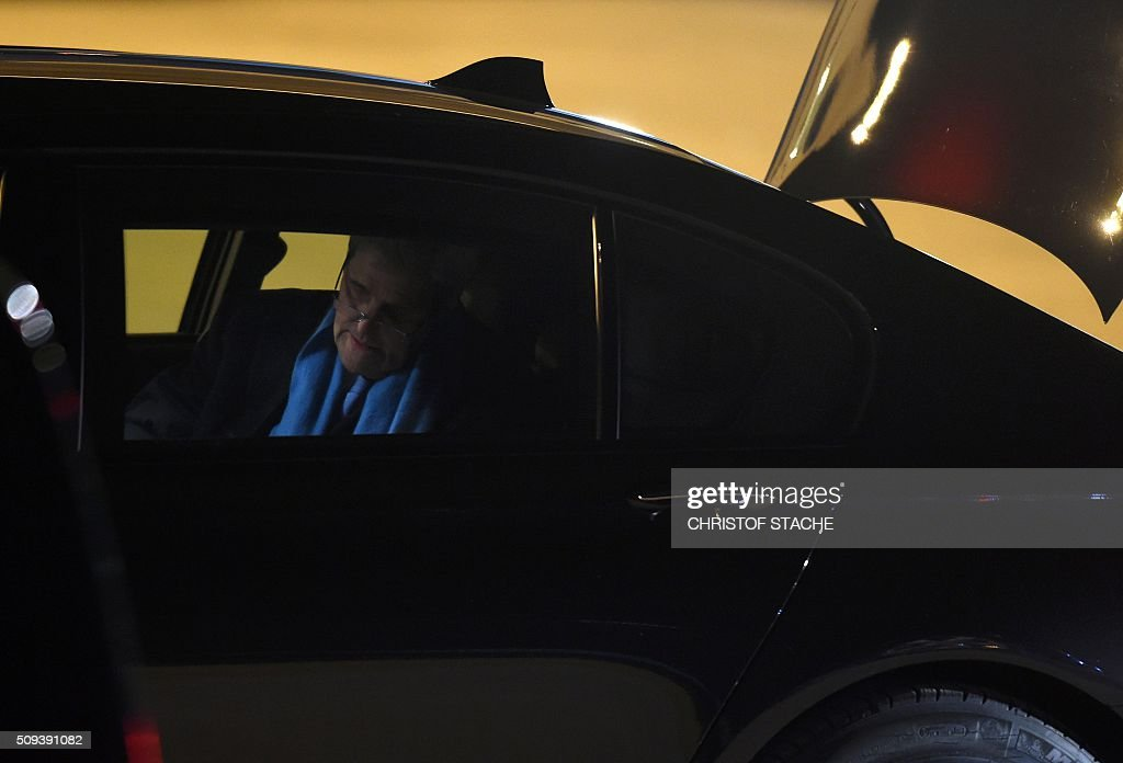 US Secretary of State John Kerry sits in a car after arriving in Munich, southern Germany on February 10, 2016 where he will attend the Munich Security Conference. / AFP / Christof STACHE