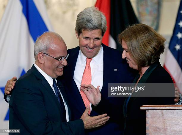 S Secretary of State John Kerry watches as Israeli Justice Minister Tzipi Livni and Palestinian chief negotiator Saeb Erekat shake hands during a...