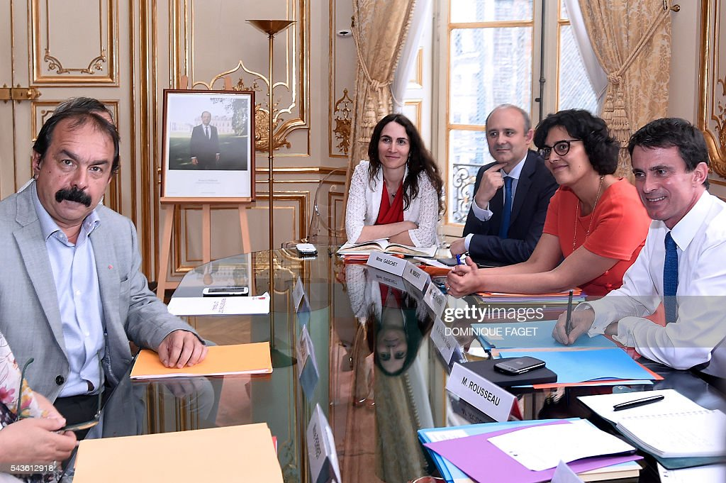 Secretary-general of the French General Confederation of Labour (CGT) Philippe Martinez (L) meets with French Prime minister Manuel Valls (R) and French Labour minister Myriam El Khomri at the Hotel Matignon in Paris on June 29, 2016 during talks on the Socialist government's labour reforms. / AFP / DOMINIQUE