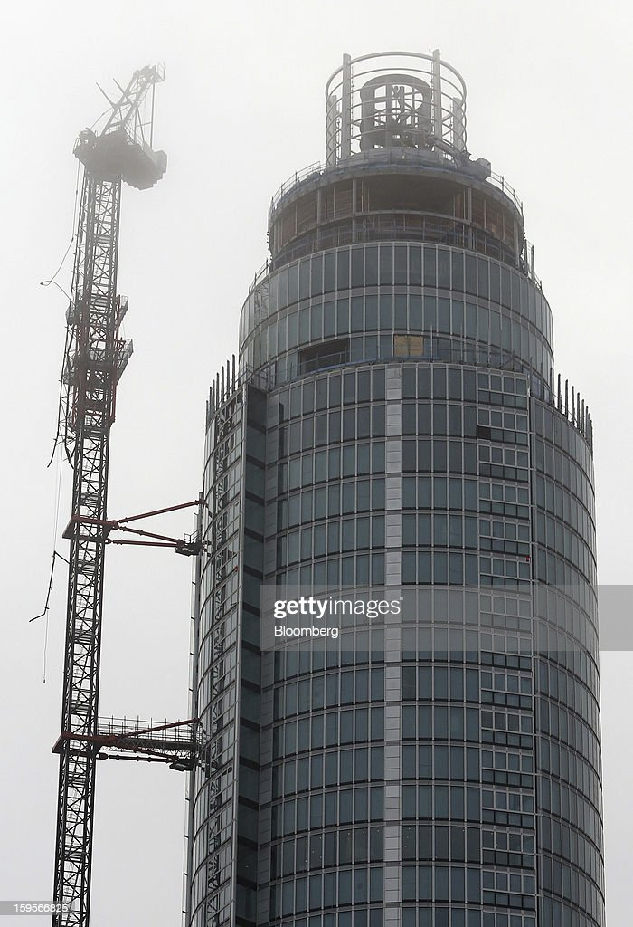 A section of damaged construction crane sits attached to the luxury St George Wharf development after an AgustaWestland AW109 helicopter collided with it in London, U.K., on Wednesday, Jan. 16, 2013. A helicopter crashed close to the River Thames in central London in the morning rush hour after striking a crane mounted on top of one of London's tallest housing developments. Photographer: Chris Ratcliffe/Bloomberg via Getty Images