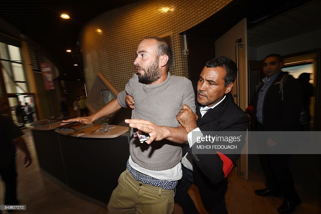 Security agents expell a demonstratoron June 29, 2016 in Bordeaux, southwestern France, during a French Agriculture minister and Government spokesperson public meeting. / AFP / Mehdi FEDOUACH