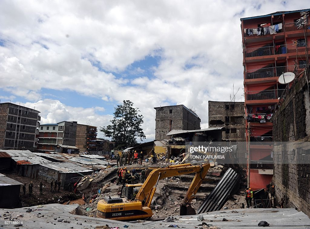 Security and rescue personel continue for the third-day with the search of bodies trapped in rubble on May 2, 2016 at the scene of a collapsed residential building in the low-income suburb of Huruma in Nairobi. The death toll in the collapse of a six-storey building in Nairobi on April 29 rose to 21 on May 2 after four more bodies were pulled from the rubble of the residential structure that gave way during weekend storms. / AFP / TONY