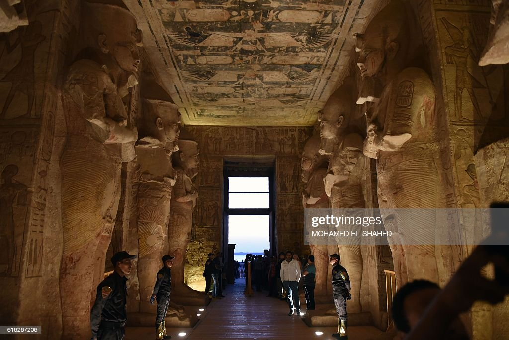 Security forces stand guard as tourists gather inside the temple of Abu Simbel, south of Aswan in upper Egypt, to witness the sun illuminate the statue of Ramses II on October 22, 2016. / AFP / MOHAMED
