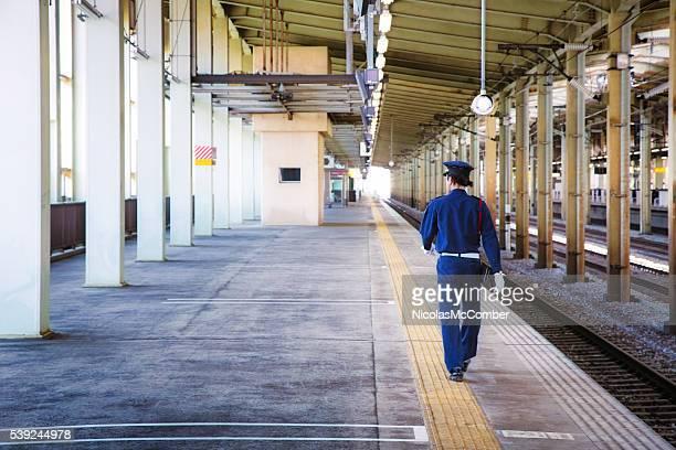 警備員による彼のラウンド Nagaoka 鉄道駅