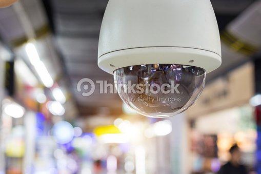 Guardia de seguridad de CCTV en el edificio del centro comercial. : Foto de stock