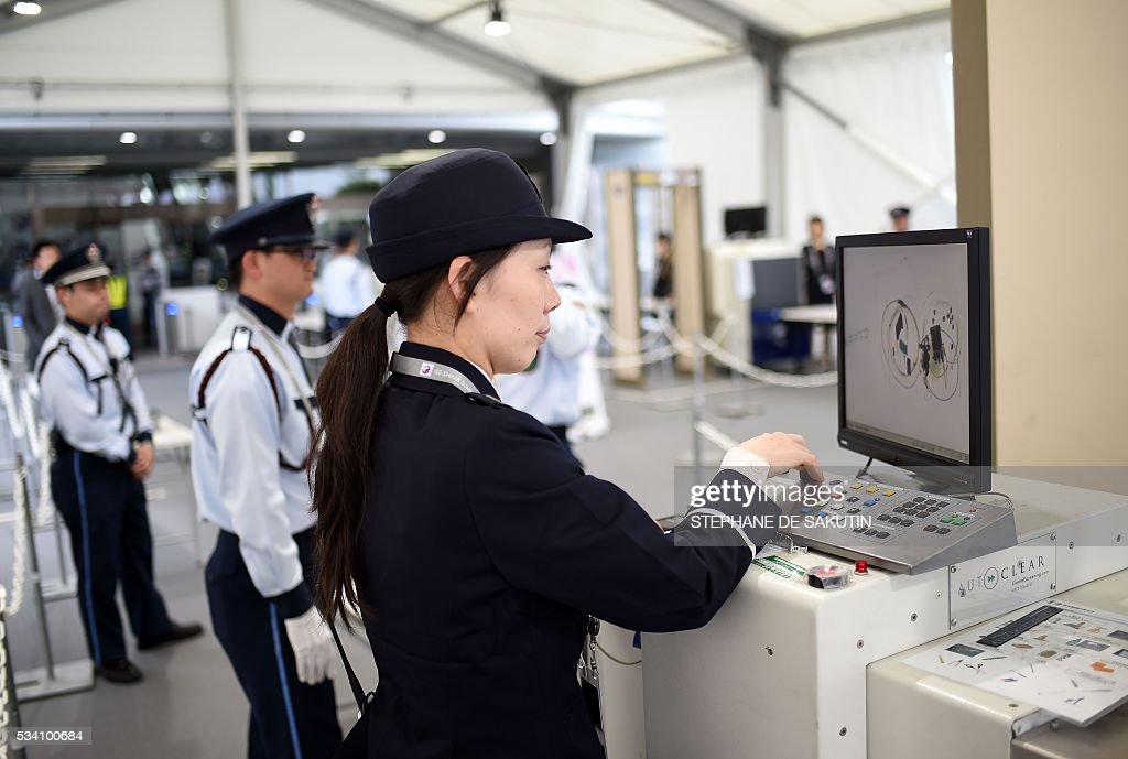 Security members check the main gate of the International Media Centre in Ise city, Mie prefecture on May 25, 2016, ahead of the G7 summit. Japan is on high-alert ahead of a Group of Seven summit with thousands of police on the streets of Tokyo and fanning out across the country as authorities boost security to unprecedented levels. / AFP / STEPHANE