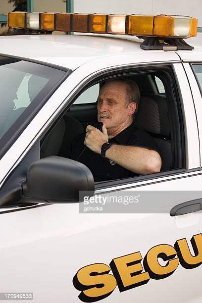 Security Officer redet mit Radio