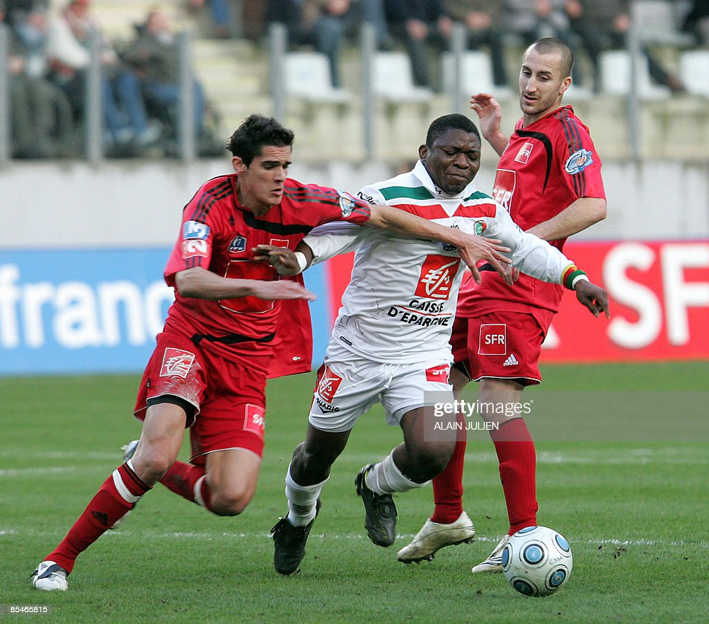 Sedan's Marcus Mokake vies with Guingamp's Francois Bellugou and Lionel Mathis during the French cup quarter final football match on March 17 2009 at...