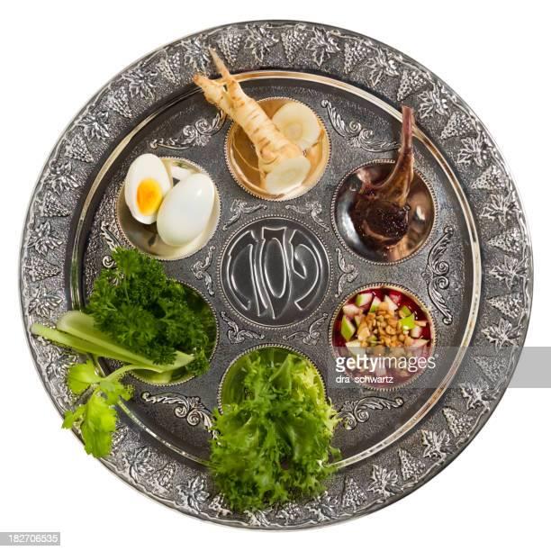 Assiette du Séder avec des plats traditionnels isolé