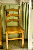 Sedia in legno vicino al termosifone