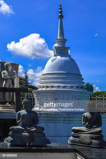 Seema Malakaya Temple, Buddha statues