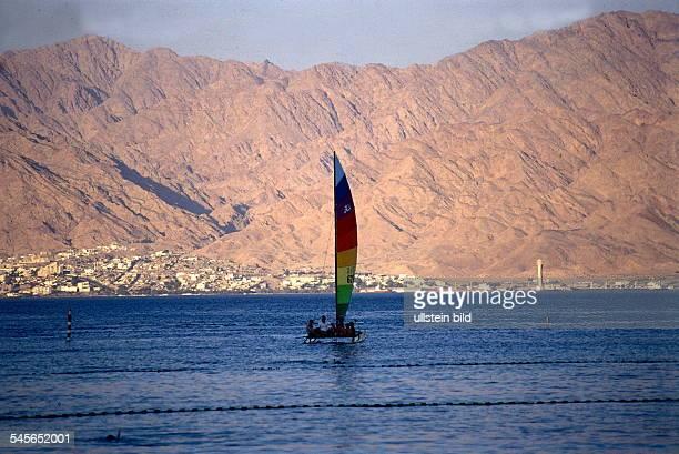 Segelboot auf dem Roten Meer im Hintergrund Akaba Juli 1997
