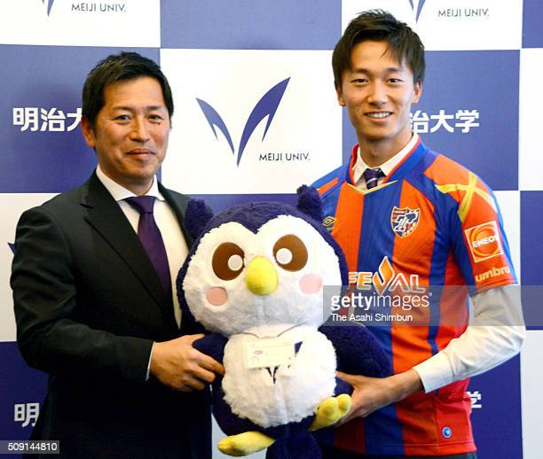 Sei Muroya and head coach Daisuke Kurita of Meiji University pose for photographs during a press conference announcing he is joining FC Tokyo at...