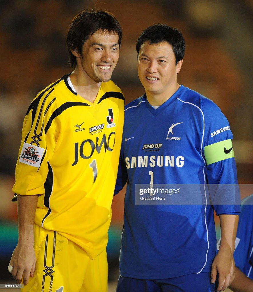 Seigo Narazaki of J.League all star and Lee Woon Jae of K-League all star pose for photographs after the JOMO CUP match between J.League all stars and K-League All Stars at the National Stadium on August 2, 2008 in Tokyo, Japan.