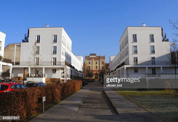 ... abgeriegelter Strasse, Eisenzaun mit Rolltor an der Zufahrt.Eine ha