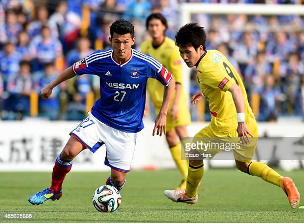 Seitaro Tomisawa of Yokohama FMarinos and Masato Kudo of Kashiwa Reysol compete for the ball during the JLeague match between Kashiwa Reysol and...