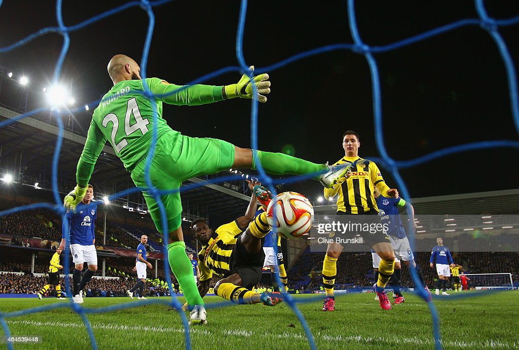 Sekou Sanogo Junior of BSC Young Boys scores the opening goal past Tim Howard of Everton during the UEFA Europa League Round of 32 match between...