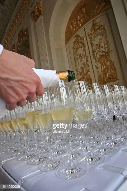 Sektglaeser bereitgestellt fuer einen Sektempfang im Schloss Charlottenburg Sekt wird eingegossen Editorialuseonly...