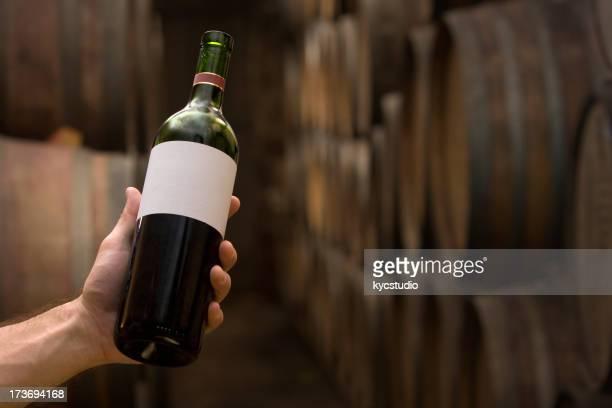 Choisir une bouteille dans la cave à vins
