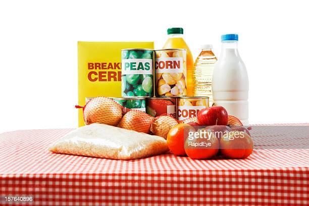 Selección de alimentos básicos en cuadro vichy contra blanco aislado de tela