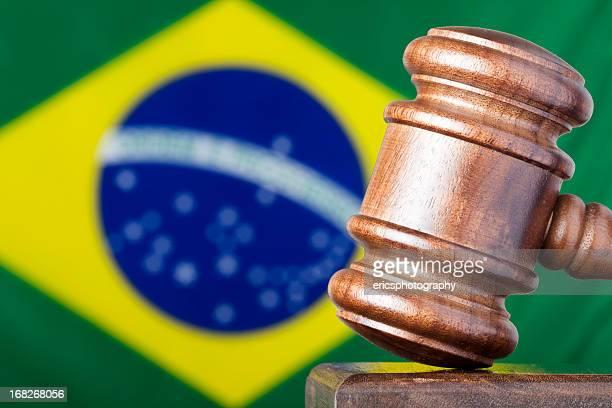 Messa a fuoco differenziale immagine di Martelletto del moderatore contro la Bandiera del Brasile