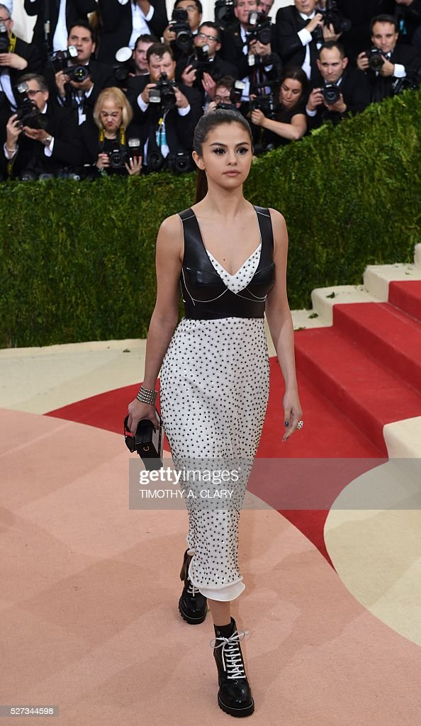 Selena Gomez arrives for the Costume Institute Benefit at the Metropolitan Museum of Art on May 2, 2016 in New York. / AFP / TIMOTHY