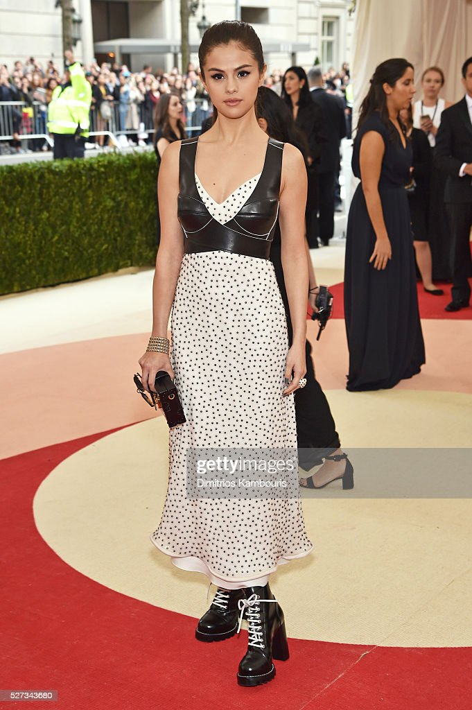 selena-gomez-attends-the-manus-x-machina-fashion-in-an-age-of-gala-picture-id527343680