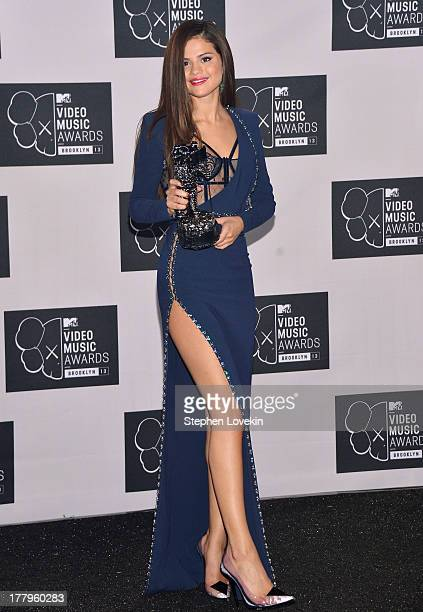 Selena Gomez poses with Best Pop Video award at the 2013 MTV Video Music Awards at the Barclays Center on August 25 2013 in the Brooklyn borough of...