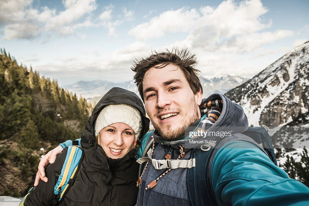 Self portrait of young couple in mountains, Hundsarschjoch, Vils, Bavaria, Germany : ストックフォト