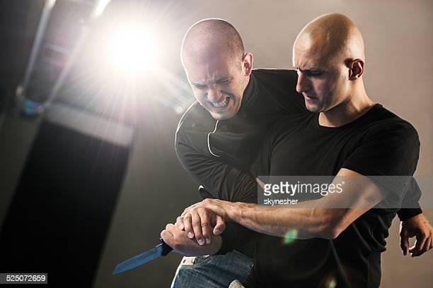 De defensa de attacker con un cuchillo.