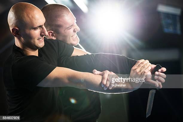 Auto-Defesa de atacantes com uma faca.