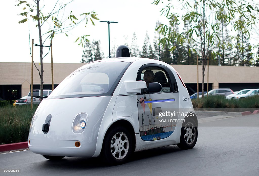 A selfdriving car traverses a parking lot at Google's headquarters in Mountain View California on January 8 2016 / AFP / Noah Berger