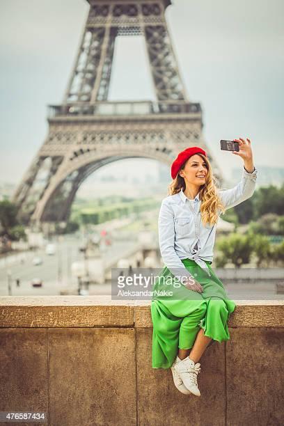 Selfie en face de la Tour Eiffel
