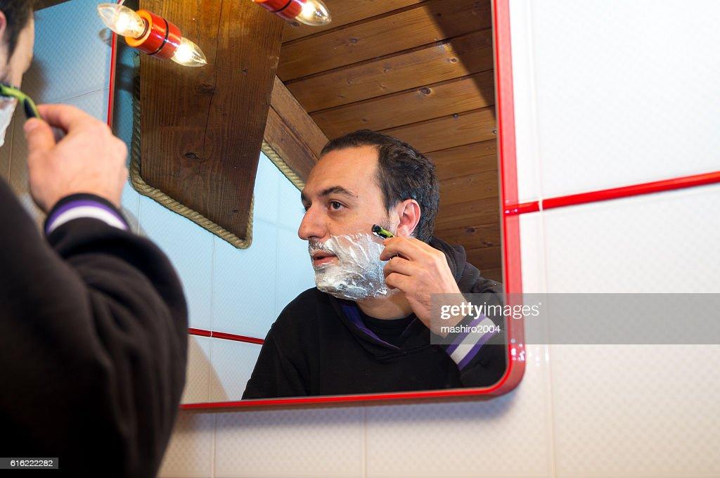 selfie in the mirror while i shave beard : Bildbanksbilder