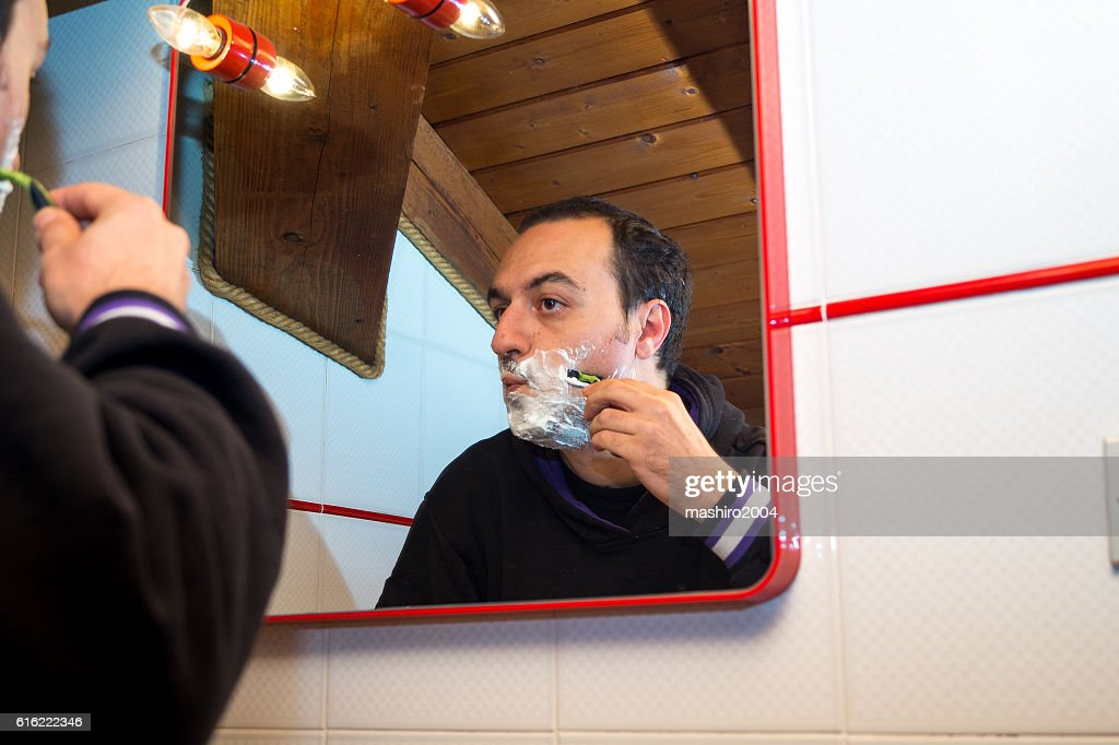 selfie in the mirror while i shave beard : Stock-Foto